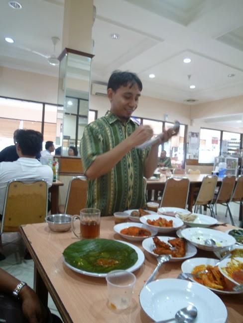 El camarero de comida Padang, hace recuento de lo consumido