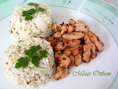 zöldfűszeres sörös csirkemell petrezselymes rizzsel fotó