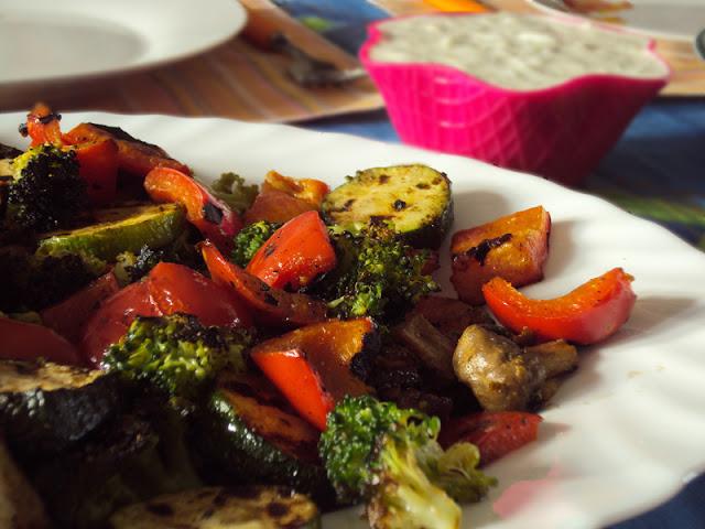 Warzywa grillowane na patelni grillowej z sosem tzatziki