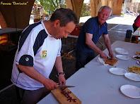 """Col·laboradors tallant llonganissa pel ica-pica. Autor: Francesc """"Caminaire%quot;"""