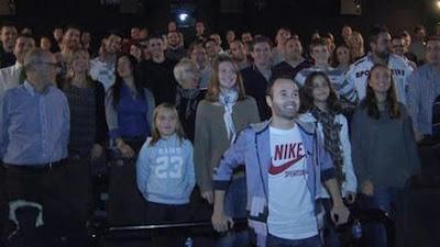 ¡Andrés Iniesta invitó a cine a 100 de sus fans!