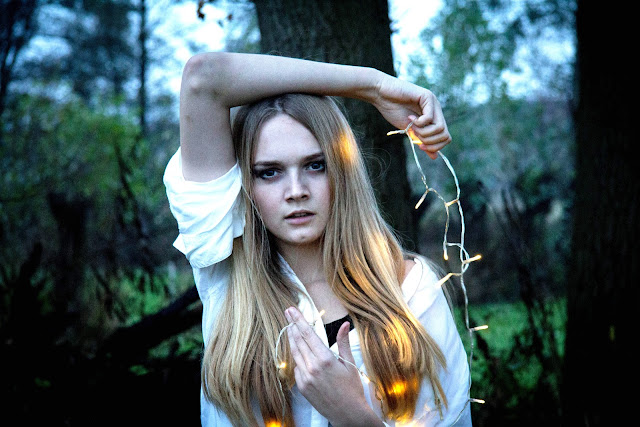 anneloes christmas lights blouse photoshoot blonde photography marieke van stempvoort fotografie