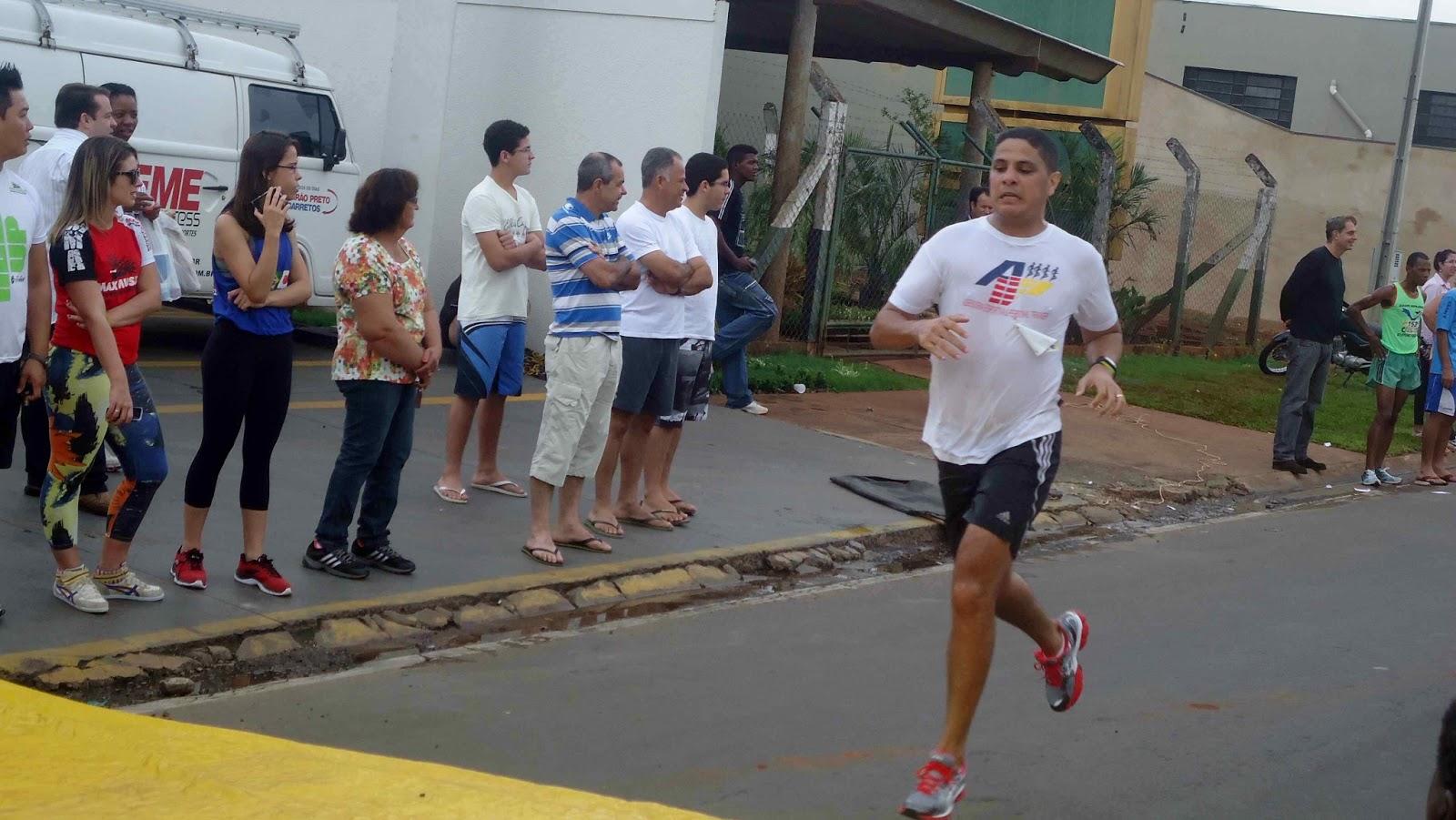 Foto 113 da 1ª Corrida Av. dos Coqueiros em Barretos-SP 14/04/2013 – Atletas cruzando a linha de chegada