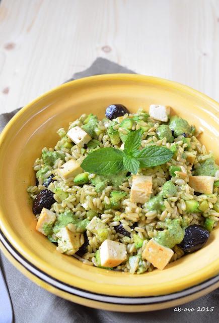 Insalata-di-avena-e-zucchini-con-tofu-olive-e-pesto-di-menta