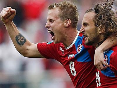 A República Tcheca que perdeu de goleada para a Rússia na primeira rodada, deu a volta por cima e se classificou em primeiro lugar no grupo A.