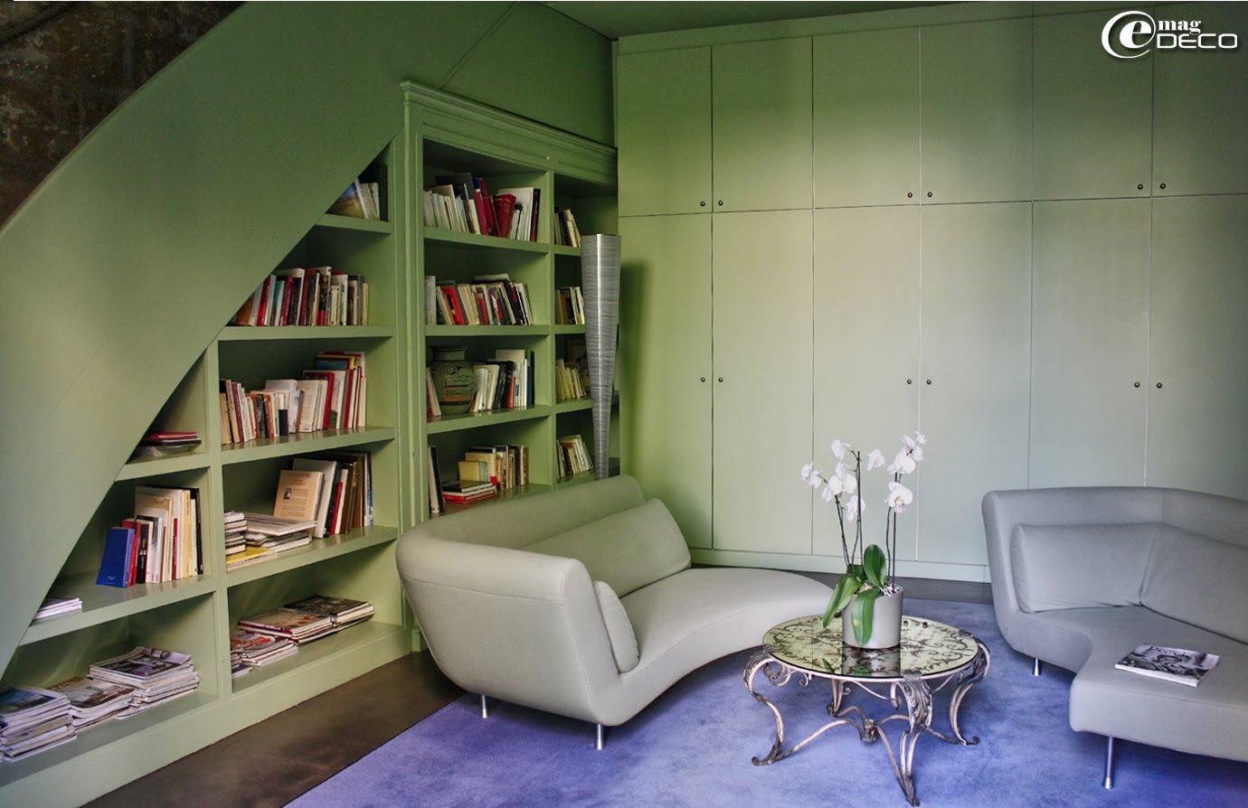 Le salon-bibliothèque de La Maison Bord'Eaux, hôtel à Bordeaux