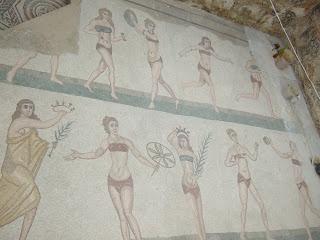 Bikini-Mädchen in der Villa Romana del Casale
