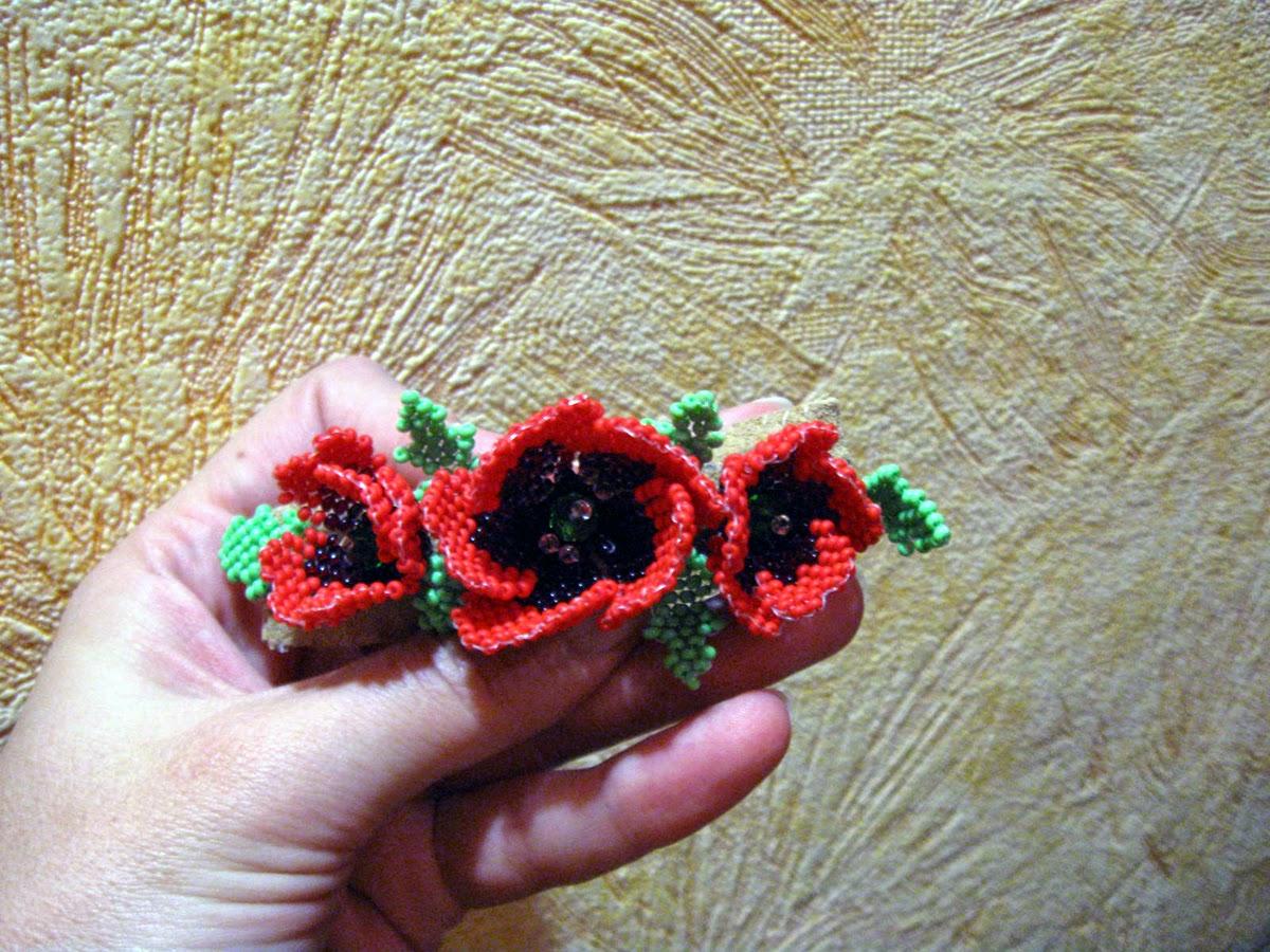 Заколка маки из бисера кирпичным плетением