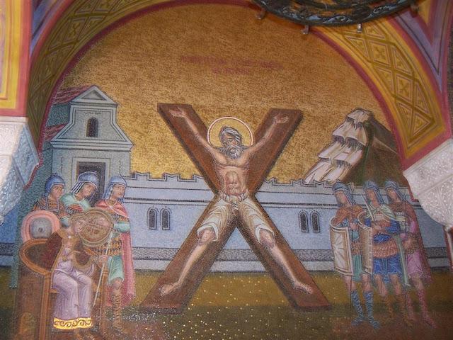 """Patras; Agios Andreas Katedrali; Aziz Andreas'ı """"X"""" çarmıha gerilişini temsil eden katedraldeki fresk"""