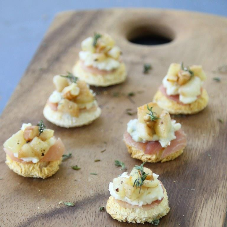 Roasted pears prosciutto and gorgonzola canap s the for Canape desserts