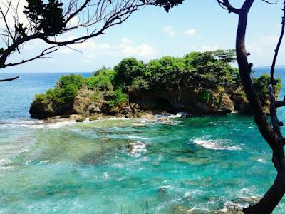 Jajaran batu karang menuju Karang Copong