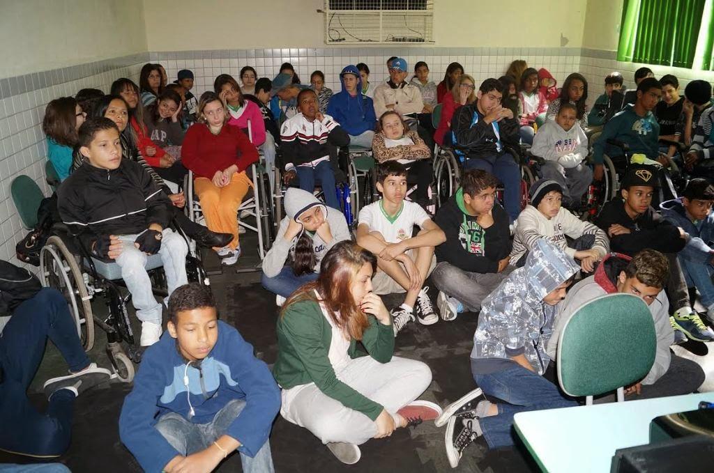 Alunos, portadores de necessidades especiais ou não, participam do seminário
