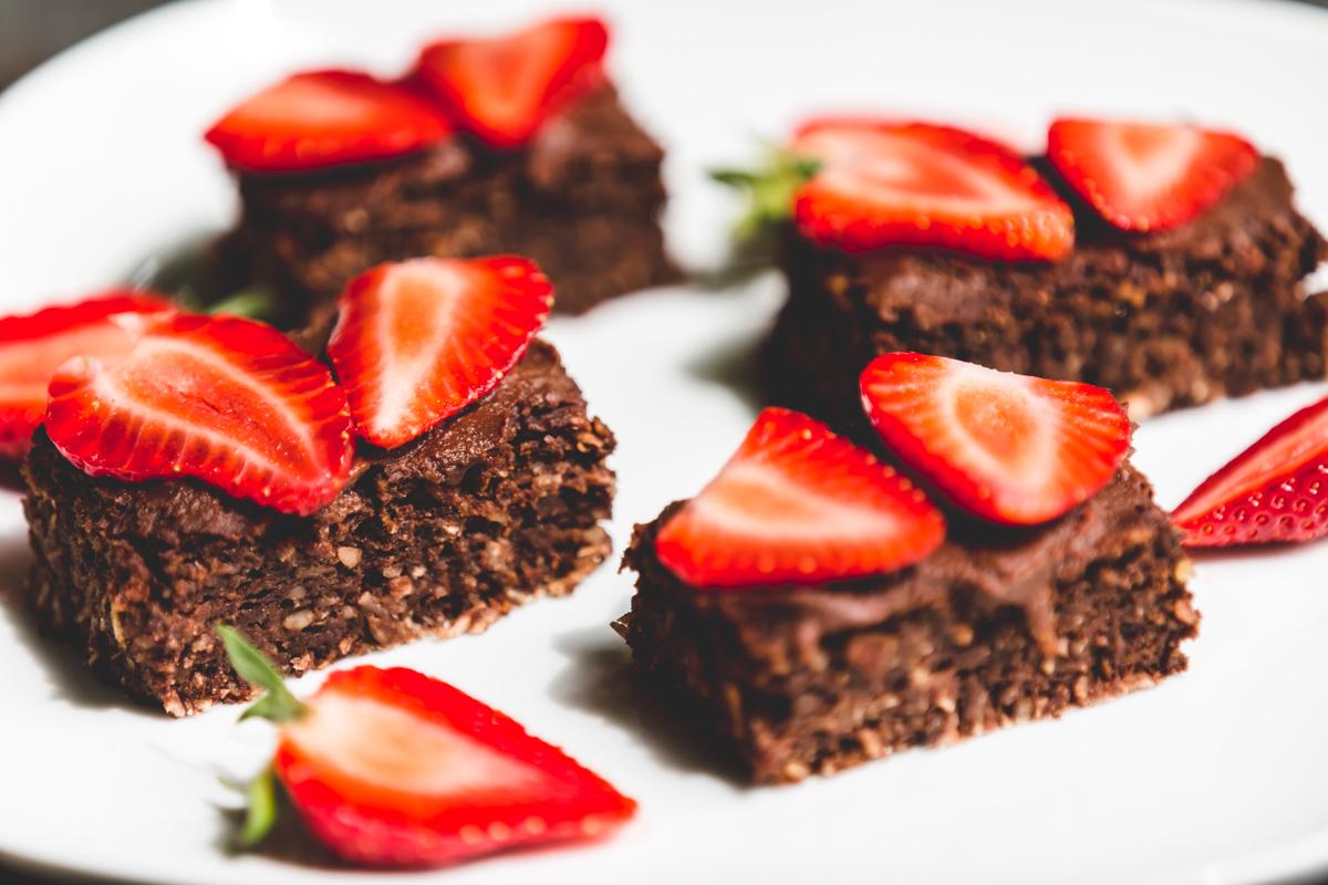 was schickes brownies mit schokocreme erdbeeren und chia samen rezept ohne zuckerzusatz. Black Bedroom Furniture Sets. Home Design Ideas