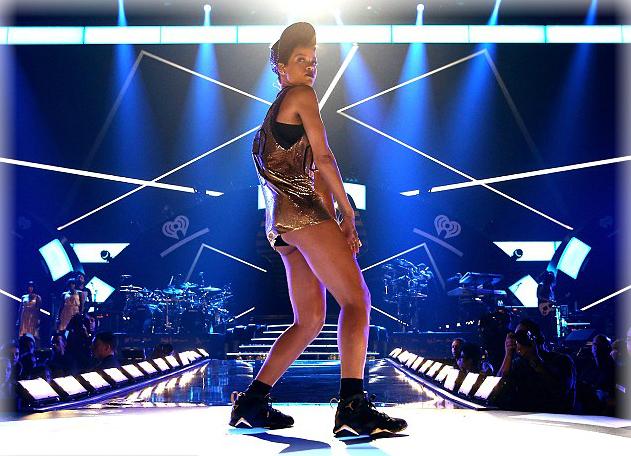 Una atrevida Rihanna en los escenarios