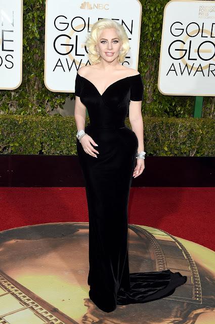 Lady Gaga num vestido preto de veludo da Versace