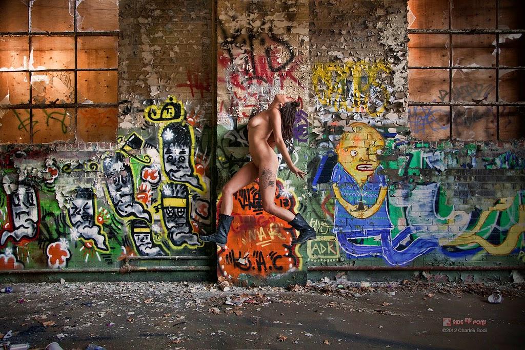 photo de charles bodi representant une femme nue devant un mur graffé