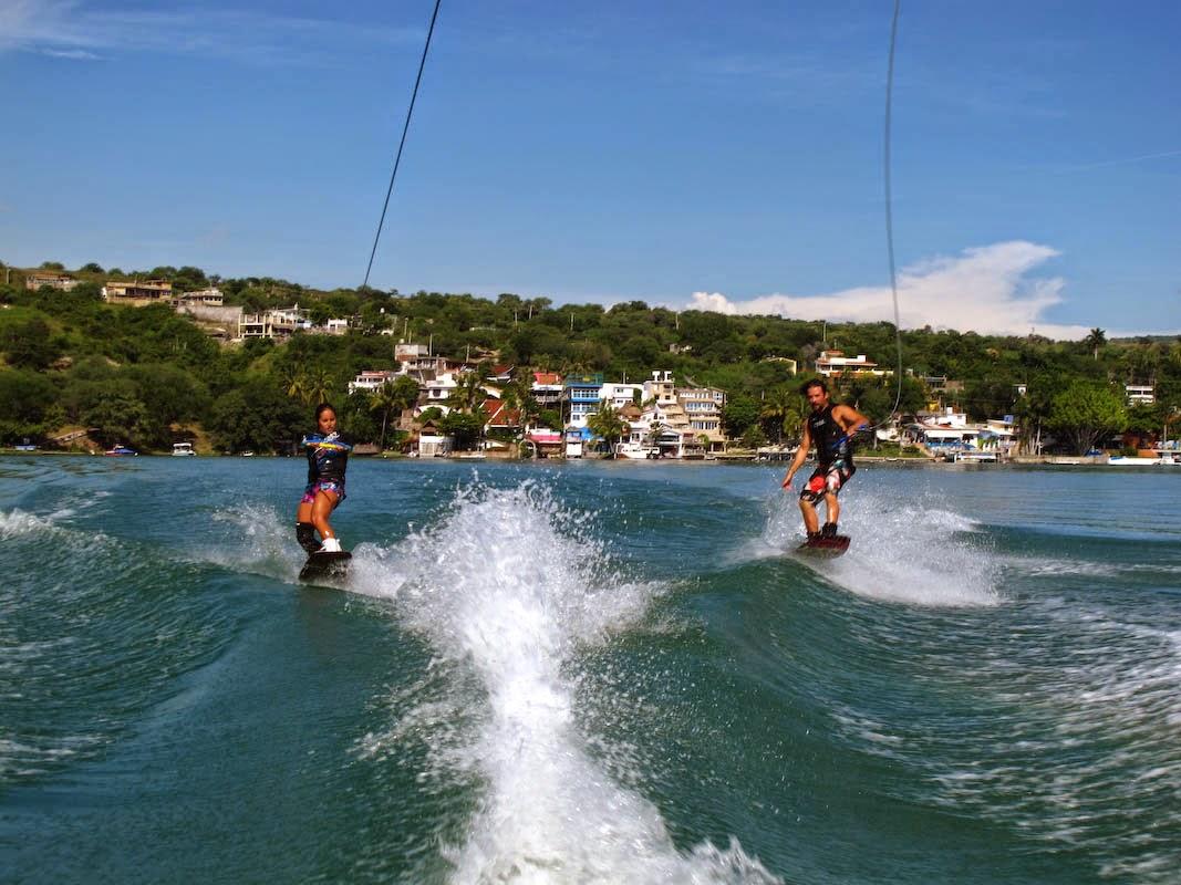 Turistas haciendo esqui acuático en el lago de Tequesquitengo
