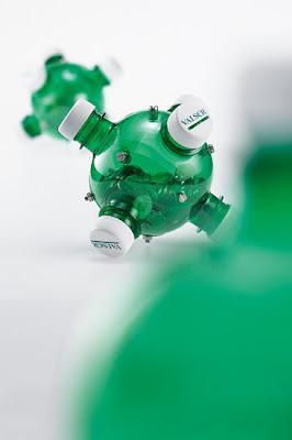 Objetos feitos de garrafas pet recicladas