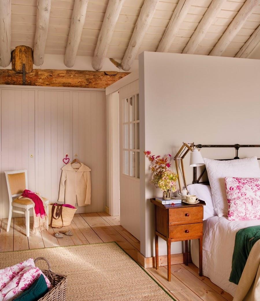 wystrój wnętrz, home decor, wnętrza, aranżacje, dekoracje, meble, dom, mieszkanie, styl rustykalny, styl francuski, szarości, stonowane kolory, sypialnia, szafa, łóżko, drewniane belki