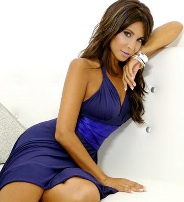Lorena Rojas posando en sesión de foto