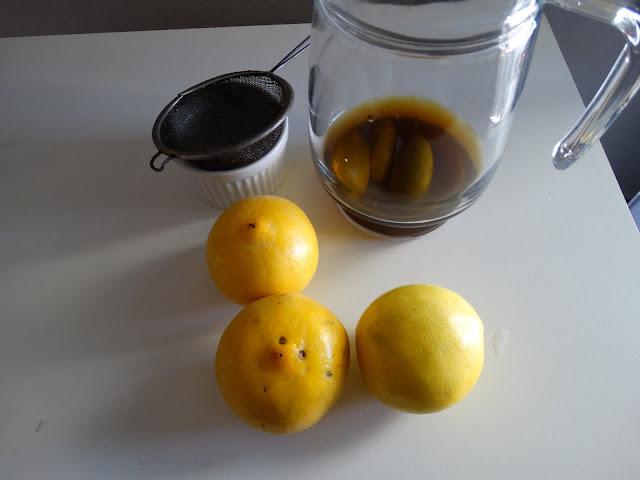 jarra con la infusión de semillas y las tres limas listas para exprimir