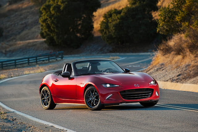 Front 3/4 view of 2016 Mazda MX-5 Miata