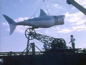 Fotograma de la película Tiburón (Jaws) que muestra una grúa de un barco que alza el cadáver del Tiburón asesino