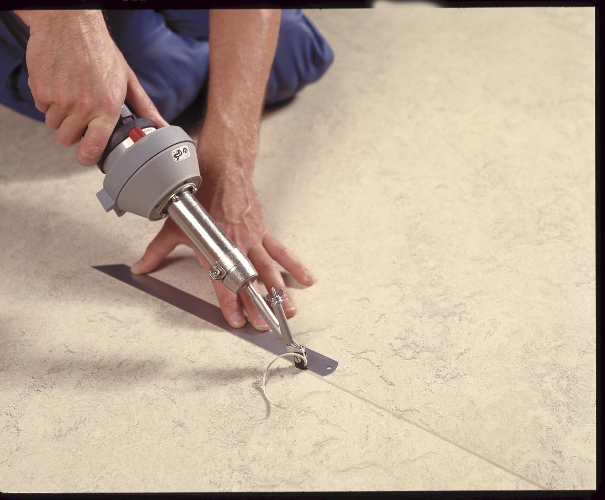 Manual de instalaci n de pavimentos soldado de juntas y for Losetas de vinilo para suelos