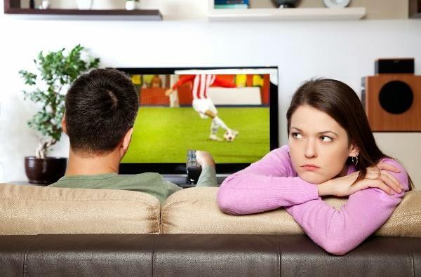 أسباب الملل في العلاقة الزوجية - زوج رجل مشغول عن زوجته حبيبته - busy man husband