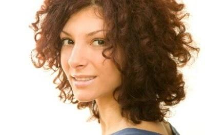 peinado para pelo corto rizado con corte tipo bob juvenil