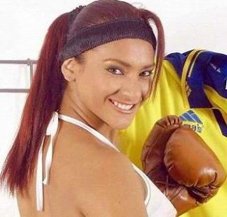 Cynthia Macedo con guantes de box