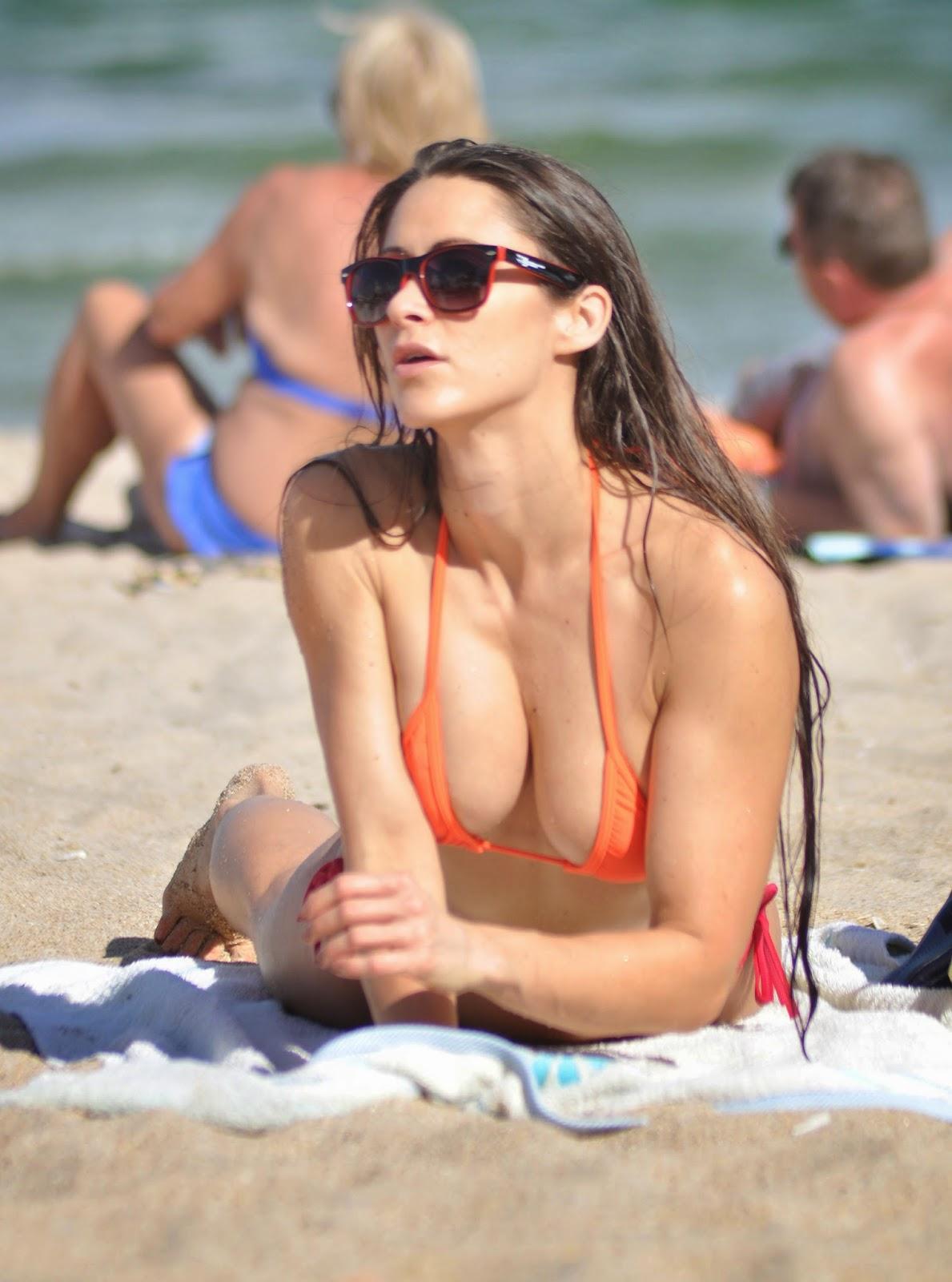 Anais Zanotti Hits The Beach