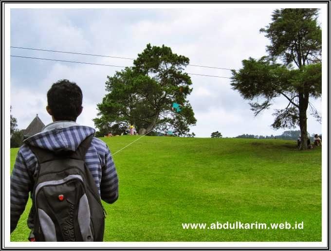 Bermain Layangan di Bukit Kubu