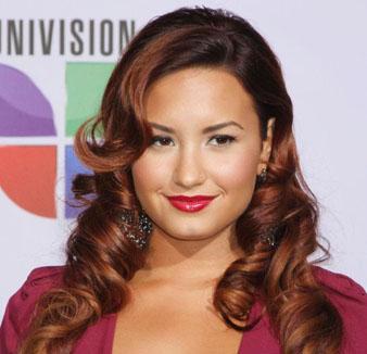 Demi Lovato kızıl saçları ve iri maşa saç modeli