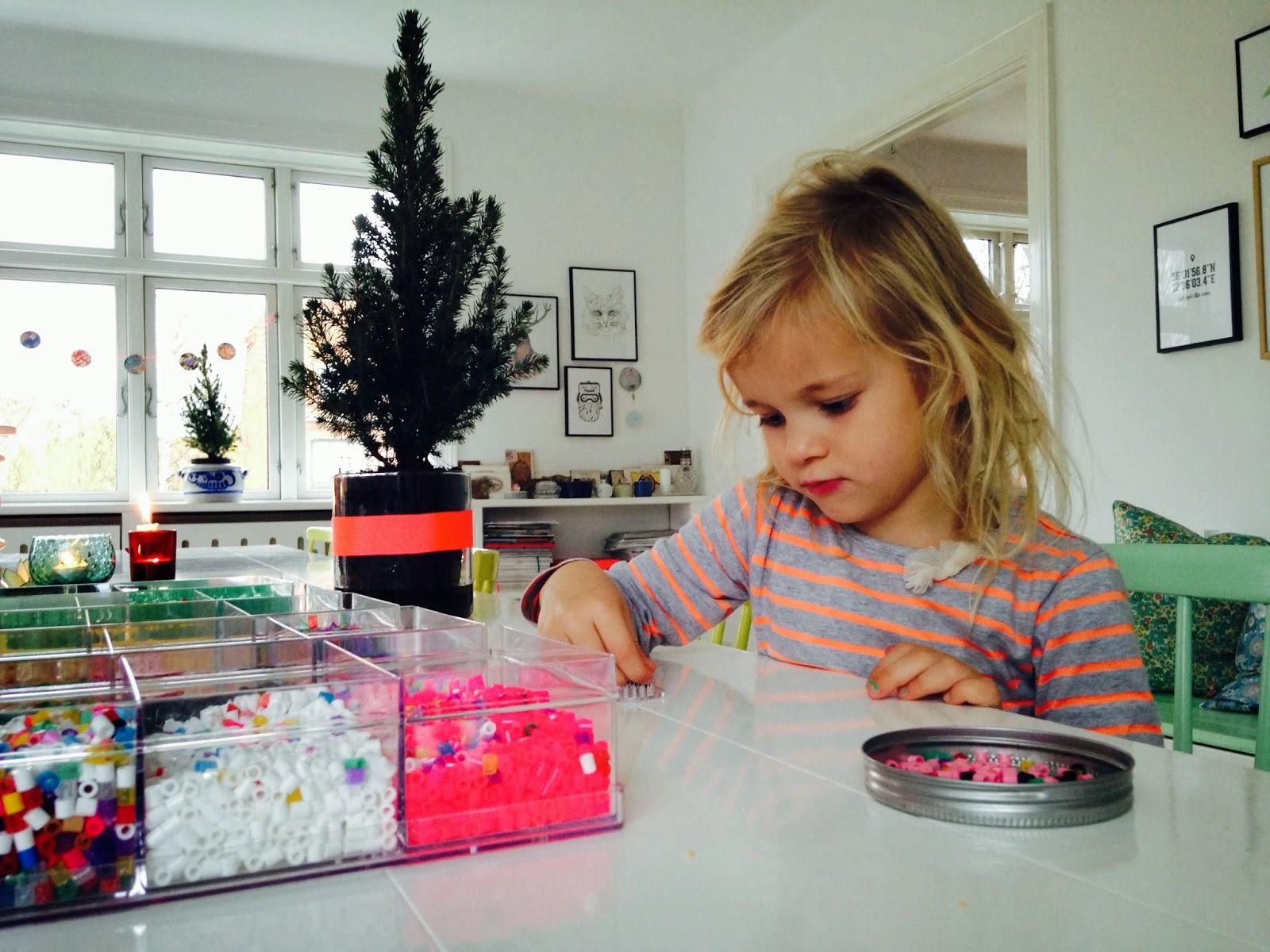 Wilma laver jule hama pynt til de små juletræer