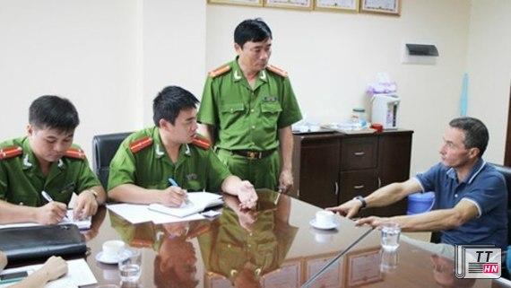 Bác sĩ người Pháp làm việc với cảnh sát Việt Nam. Ảnh: ANTĐ.