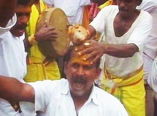 تكسير جوز الهند على رأس أحد الهنود
