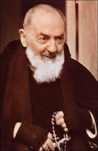 """""""Tudo o que vem de Deus deixa a alma tranquila mesmo diante de aflições e contradições."""" Padre Pio"""