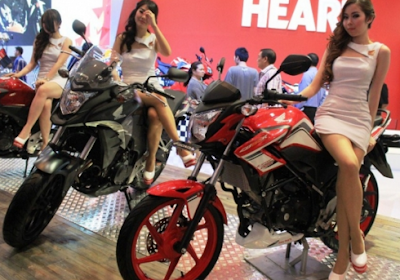 Honda CB150R StreetFire dan Cewek Cantik