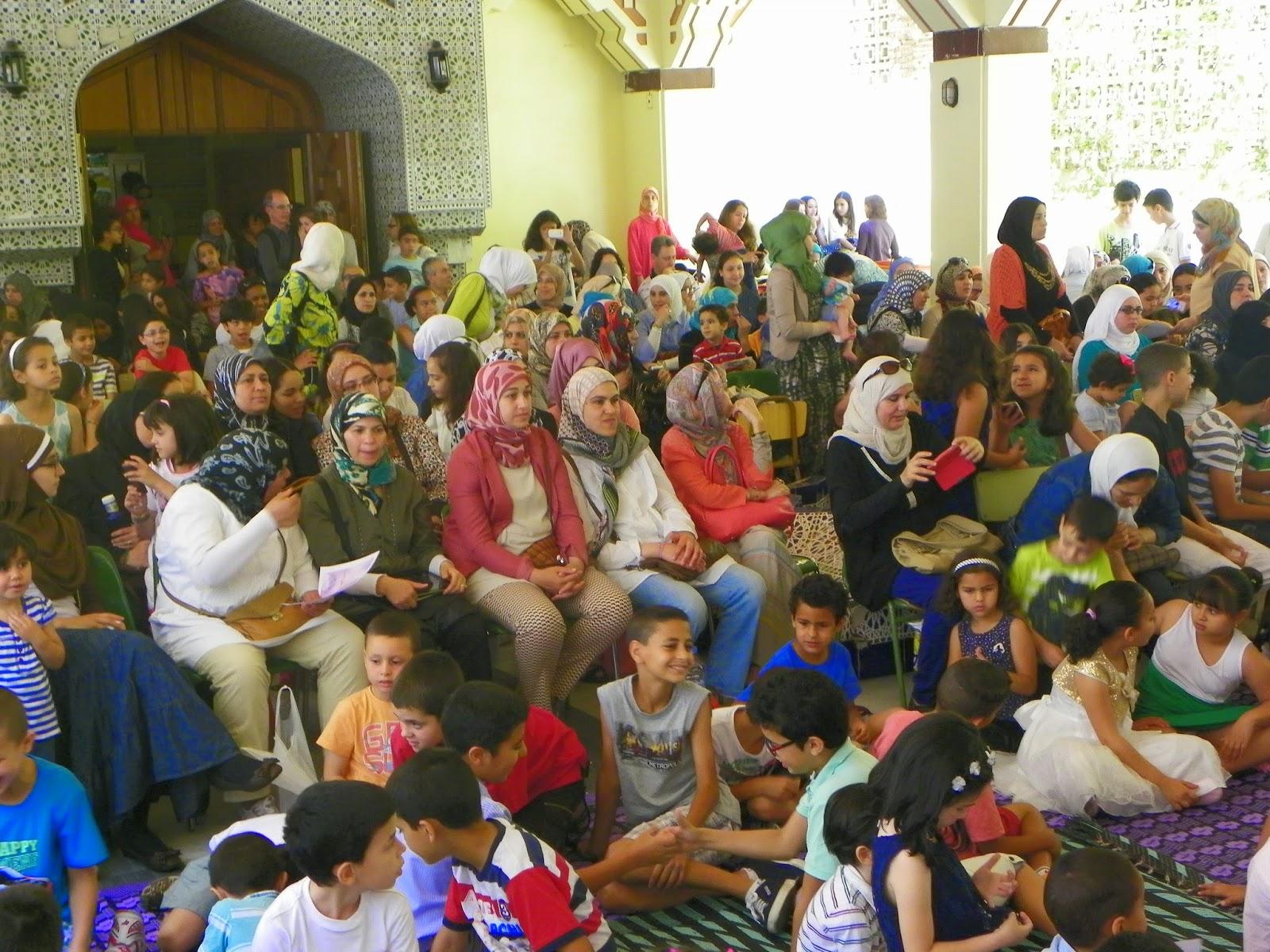 En El Patio De La Mezquita Central De Madrid En El Barrio Madrileno De Tetuan El Sabado  De Junio De  Abarrotado De Ninos Acompanados Por Sus Padres