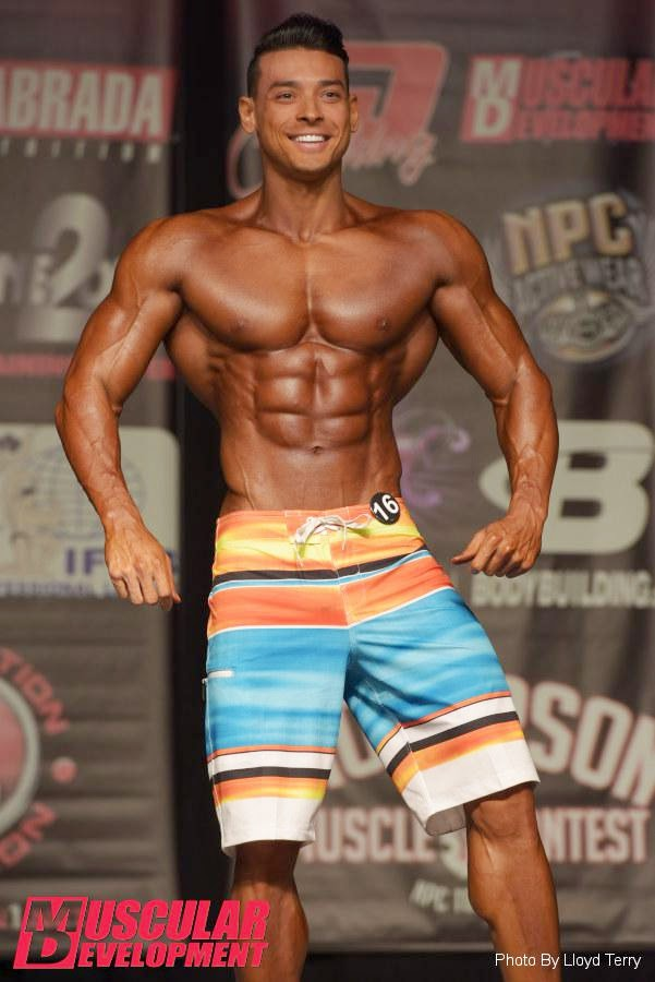Felipe Franco mostra o físico musculoso no palco do Dallas IFBB Pro 2014. Foto: Lloyd Terry / Muscular Development