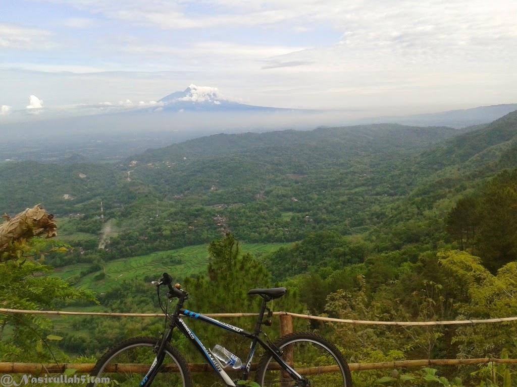 Menyandarkan sepeda di dekat Puncak Becici, Dlingo