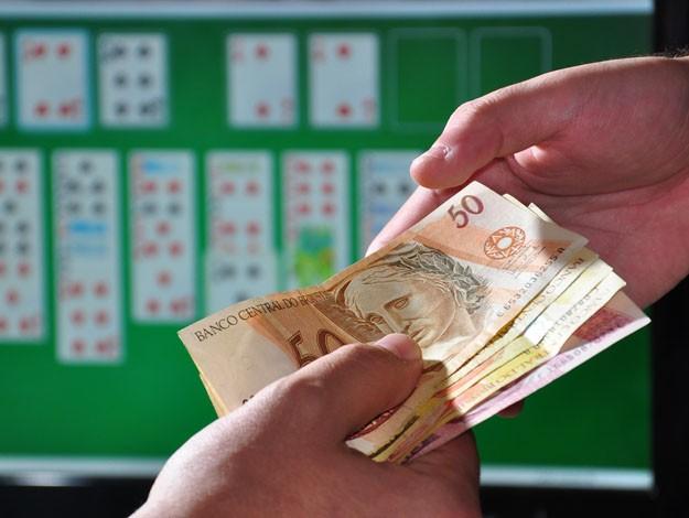 jogando dinheiro na mão