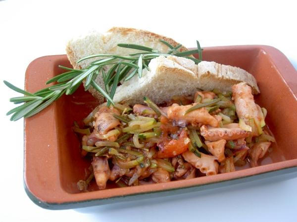 moscardini al rosmarino, bacche rosa, pomodoro e zucchine