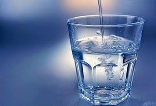 Air ini memang terkenal dengan keberkesanannya mengurangkan pelbagai masalah kesihatan. Minum air suam yang masih hangat dapat memberikan kelegaan kepada masalah hidung berair atau tersumbat. Amalkan selalu minum air suam bagi mempercepatkan proses penyembuhan masalah selesema.
