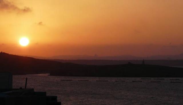 Zachód słońca naMalcie, woddali widać wyspy Comino iGozo