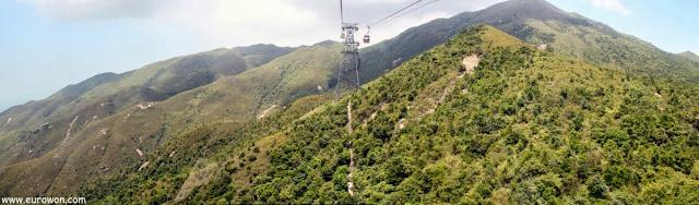 Teleférico de Lantau recorriendo las montañas