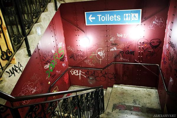 aliciasivert, alicia sivertsson, london med grabbarna, england, camden town, camden lock markets, horse tunnel market, marknad, klotter, tags, grafitti, street art, toilets, toaletter
