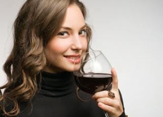 immagine di ragazza che beve vino