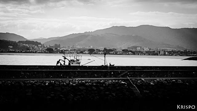 barco pesquero detras del puerto en hondarribia